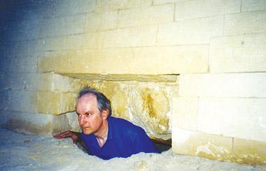 Robert Temple zkoum� prostory pod Sfingou